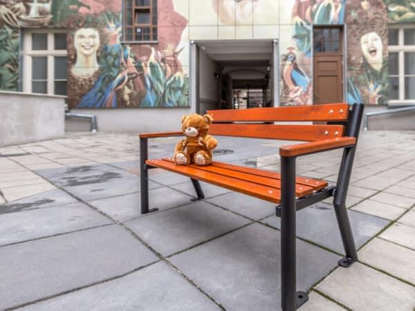 Ławka dla dzieci Śmiałek z podłokietnikiem drewnianym